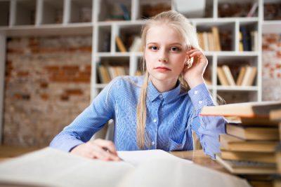 Kredyt studencki - studentka zastanawiająca się nad warunkami kredytowania