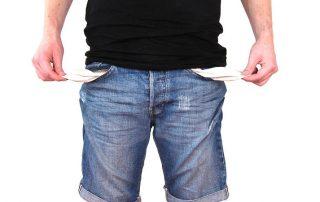 Mężczyzna bez pieniędzy - puste kieszenie - na skraju upadłości konsumenckiej