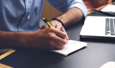 Notatki ws. przedawnienia kredytu - komputer i długopis