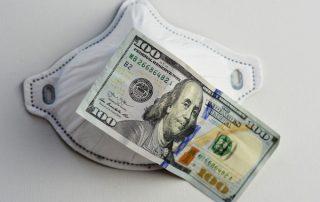 Dolar i maseczka antywirusowa na kryzys z Covid-19