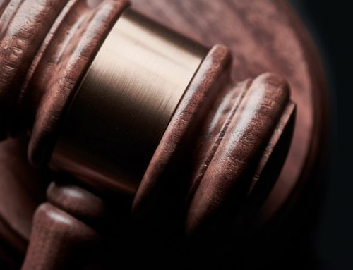 Komornik sądowy – kim jest i jak działa? Licytacje i zarobki