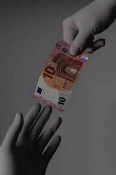 Pandemia koronawirusa - rękawiczki i banknot euro