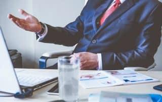 Faktoring online - biznesmen w garniturze - finansowanie