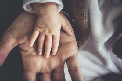 Dłoń dziecka i rodzica - wsparcie z 500+