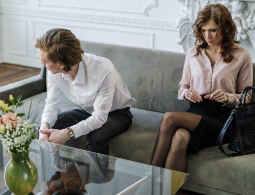 Toksyczna atmosfera w pracy – 4 oznaki – wredny szef, niezgrany zespół, brak awansu, mobbing
