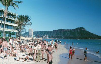 pożyczka na wakacje - ludzie na plaży i góra