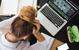 Dziewczyna przed laptopem z problem ze spłatą