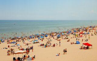 wakacje - morze - plażowicze - dzieci - bon turystyczny