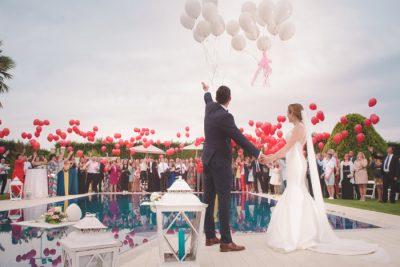 Huczne wesele - państwo młodzi i goście