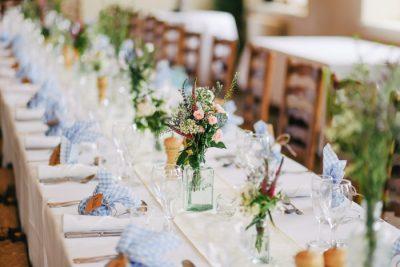 Przyjęcie weselne - stół z dekoracjami i winietkami