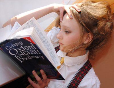 dziewczynka studiująca słownik j. angielskiego - drogi podręcznik
