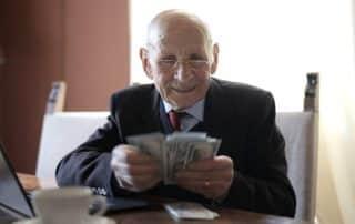 Emeryt liczący pieniądze - emerytura