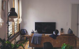 Mieszkanie na kredyt hipoteczny - bez wkładu własnego - kanapa, telewizor, białe ściany