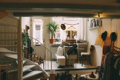 Mieszkanie na kredyt - widne pomieszczenie z oknem, schody