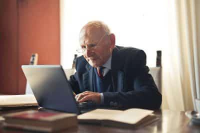 Emeryt rencista zaciągający pożyczkę online
