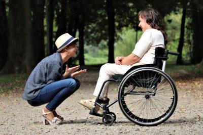Niepełnosprawna kobieta na wózku inwalidzkim - wsparcie finansowe