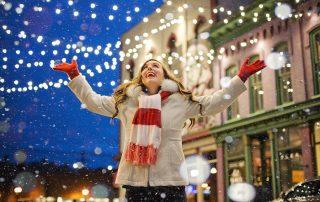 Pożyczki na święta - Boże Narodzenie - lampki, dziewczyna w szaliku na jarmarku