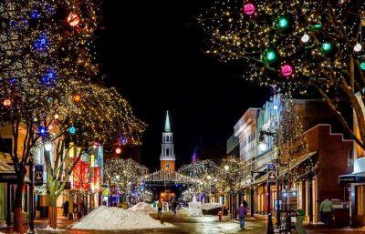 Kościół - świąteczne ozdoby i światełka i śnieg