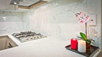 Kuchnia - płyty i świece - w domu z hipoteką