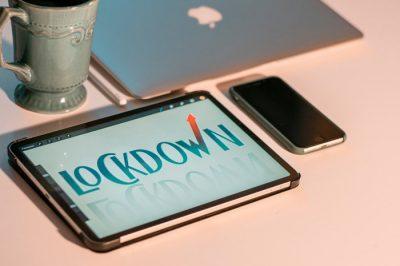 Tablet z informacjami o lockdownie - laptop i telefon firmowy