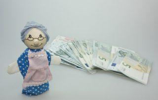 Babcia ze zwaloryzowaną emeryturą - banknoty