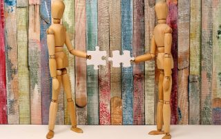 Figurki trzymające puzzle - bezwarunkowy dochód podstaowy rozwiązaniem
