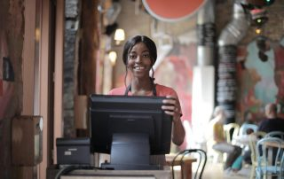 Kasa fiskalna online - sklep i sprzedawczyni