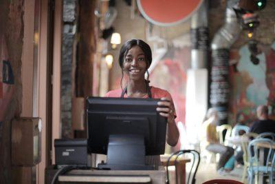 Kasa fiskalna online - sklep i uśmiechnięta sprzedawczyni