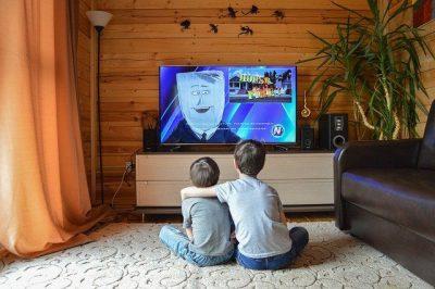 młodzi chłopcy oglądający bajki w telewizorze