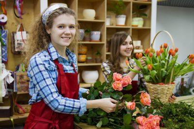 Pracownice kwiaciarni w trakcie pracy - pensja minimalna
