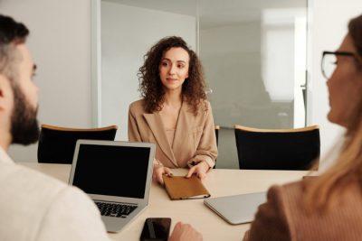 Schludnie ubrana brunetka na rozmowie o pracę