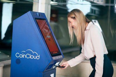 Kantor kryptowalut - kobieta przed maszyną bitcoinomat