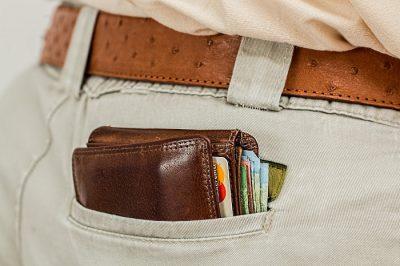 Karta Mastercard i gotówka w portfelu w kieszeni spodni