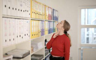 Bizneswoman i dokumenty księgowe - segregatory