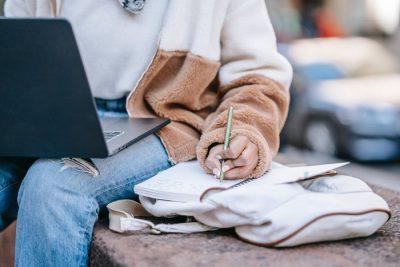 Osoba przed komputerem szukająca pracy - notatki