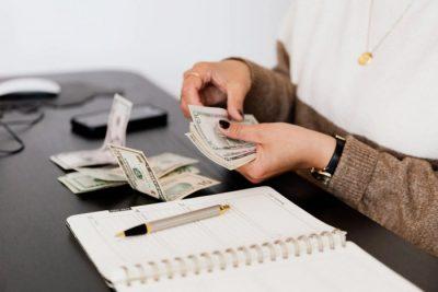 Księgowa licząca pieniądze - banknoty - biuro rachunkowe