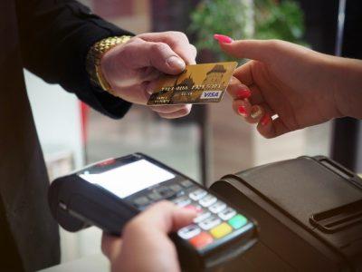 Płatność kartą kredytową w sklepie stacjonarnym - terminal