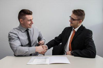 Rozmowa kwalifikacyjna - uścisk dłoni rekrutera i kandydata