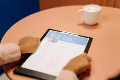 CV kandydata - ankieta - doświadczenia - rekruter przy stole