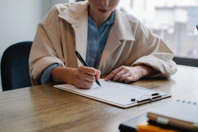 Formularz wypełninay przez kobietę rachmistrza - ankieta z pytaniami