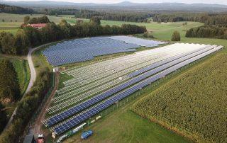 Farma fotowoltaiczna na polu - energia ze słońca