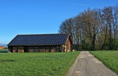 Panele fotowoltaiczne - stodoła na wsi