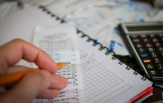 Paragon fiskalny - kalkulator, ołówek, spisanie wydatków