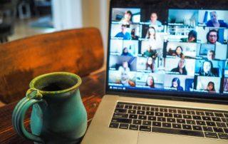Praca zdalna - monitor, kawa, wideokonferencja