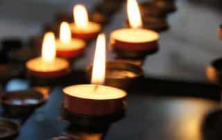 Zniczne dla zmarłego bliskiego - światłość wiekuista dla duszy