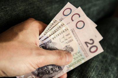 Limit w koncie osobistym - 4 banknoty 20-złotowe w dłoni