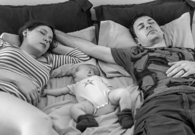 bezpieczeństwo - poduszka finansowa - rodzina na łóżku z dzieckiem