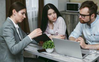 Para u kobiety notariusz - podpisanie umowy intercyzy