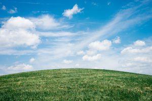 Program Czyste Powietrze - na łące, chmurki na niebie