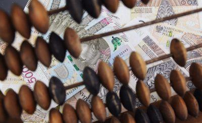 Kredyt - liczydło i banknoty 200- oraz 500-złotowe